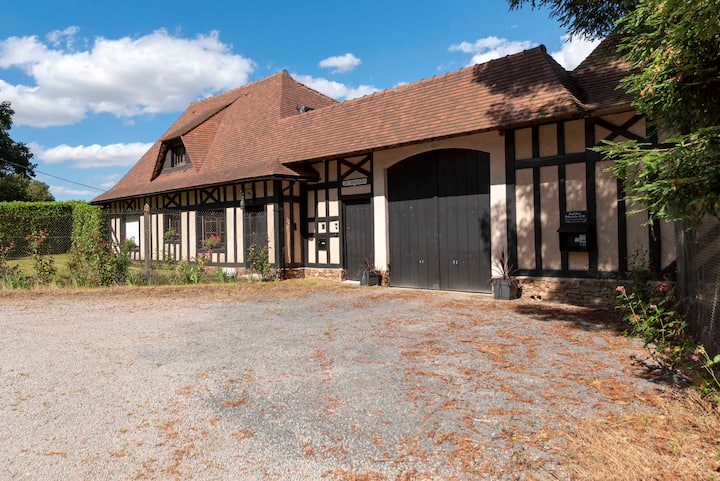 Stunning Gite with jacuzzi, swimming pool and lake