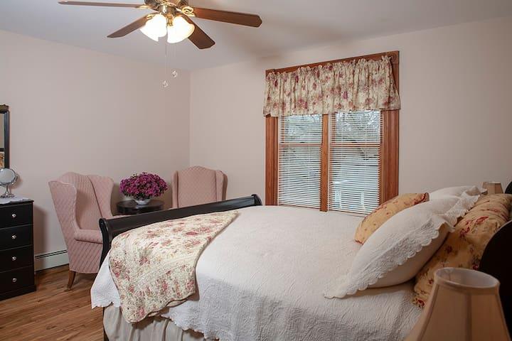 Queen bed, 2nd floor