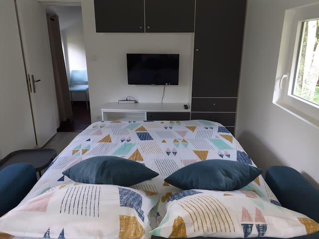 le canapé se plie et se déplie très facilement tout en gardant le lit fait. Le matelas , de 14cm, est prévu pour un couchage quotidien.