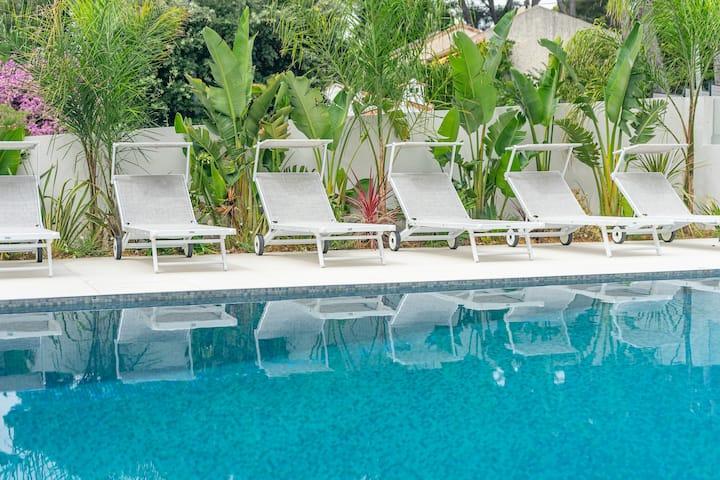 ★Superbe t2 avec piscine et jardin, port à pieds