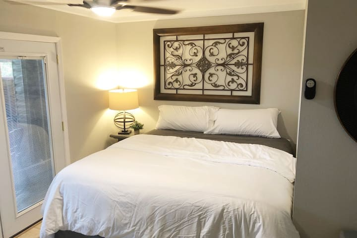 Private Garage Apartment Close to Airport/Downtown