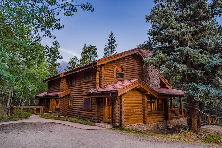LUXURY CABIN W/ RIVER, HOT TUB BORDERING NATL PARK