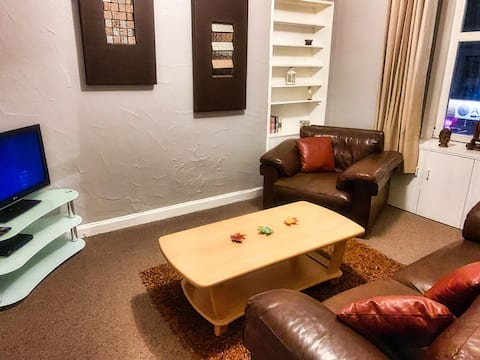 Town centre flat ideal for holidays or commuters