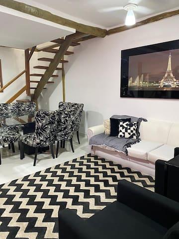 Sala de TV (tv Smart), conjugada a sala de jantar com mesa de 08 cadeiras.