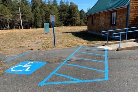 Паркувальне місце для людей з інвалідністю