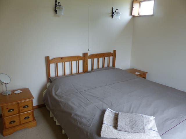 Twin bedded room. (Zip together to form King size.