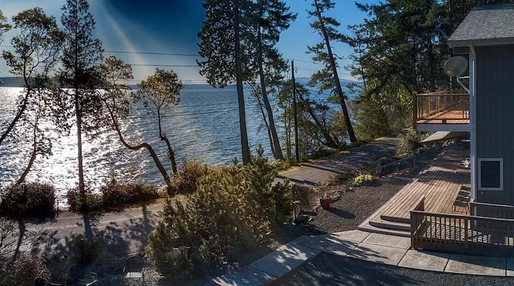 Waterfront Hood Canal with private beach sleeps 10