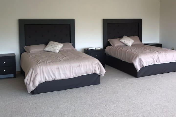 Rec1 : 2 camas queen size, 2 sofa cama, baño y vestidor, Terraza/balcon con vista espectacular a la Presa y las montañas