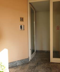 Le dimensione delle porte è cancello dell'ingresso sono ampie pero nel vialetto dal ingresso alla palazzina H essiste una rampa di scale e il montascale non è attivo.