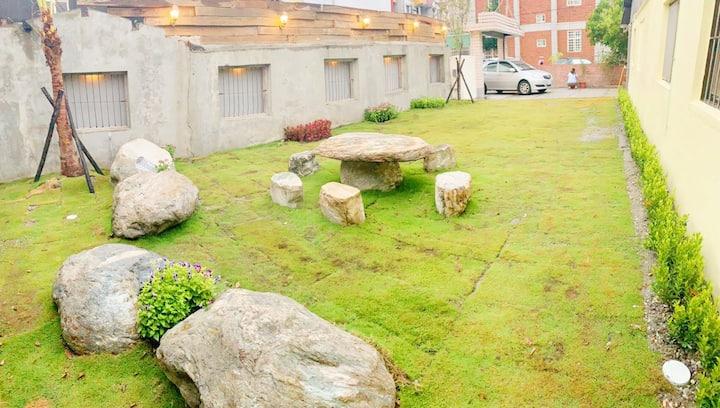 包棟包棟 !花蓮市中心帶超大草坪庭院烤肉活動區 4臥2廳2衛的頂級後現代風獨棟大別墅帶私家停車位