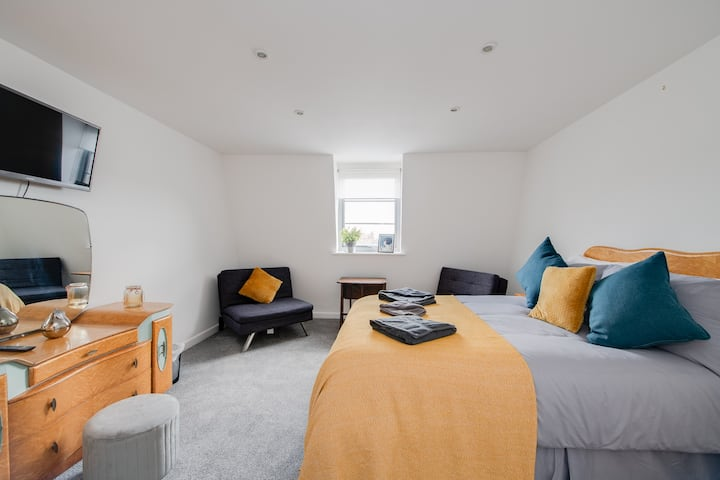 3 private rooms Central Southsea. Great for groups