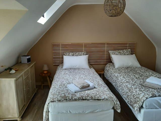 Ces deux lits simples peuvent être assemblés pour faire un lit double 180/200.