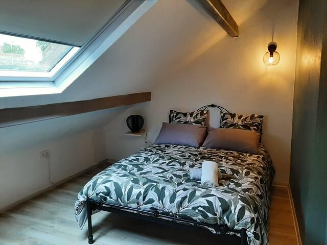 Chambre au dessus du salon, avec salle de bain attenante.  Lit 140/190.