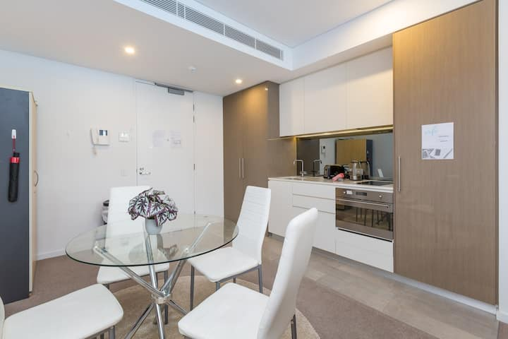 Modern & homely, Perth apartment with pool & gym!