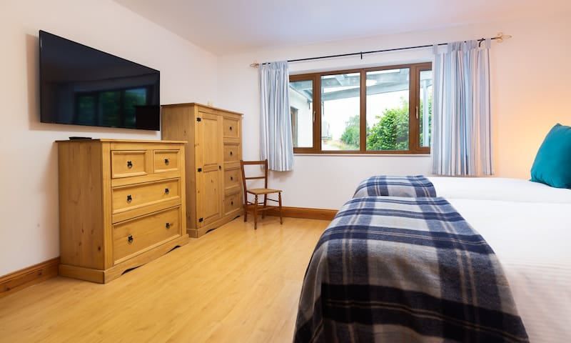 Bedroom 6 with zip-and-link beds which can either be twin or king size beds.