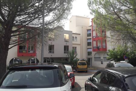 2 places réservées  au pied de l'immeuble et à proximité de l'entrée.