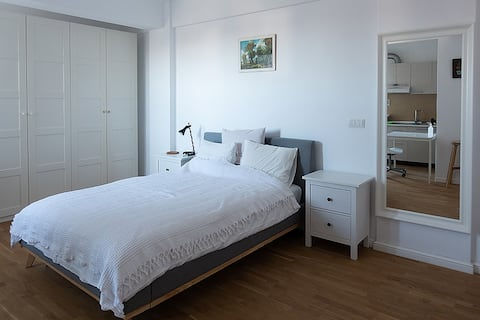 Charming studio with balcony overlooking the park