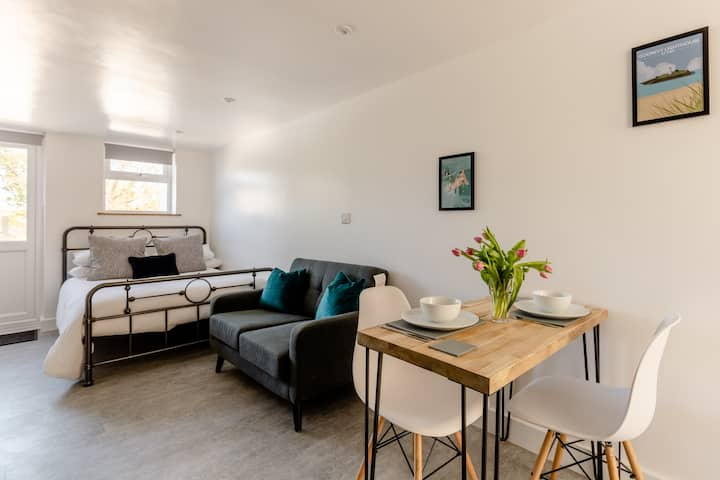 Fairview Studio, central Hayle, dog friendly