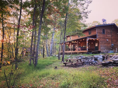 Cabin on 10 acres - Great Fireplace - Hot Tub