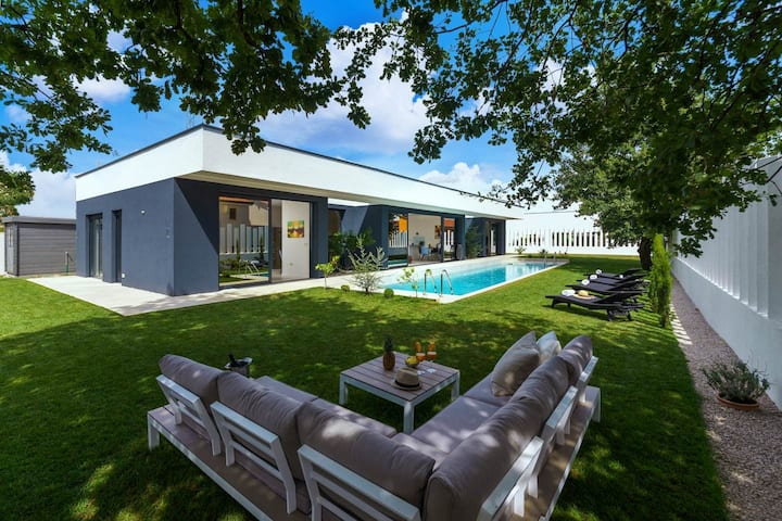 Modern Villa Clarum with pool