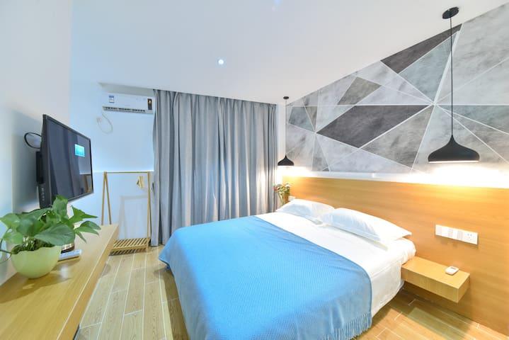 大床1.8M*2M,可投屏电视,冷暖空调,一体式鞋衣架