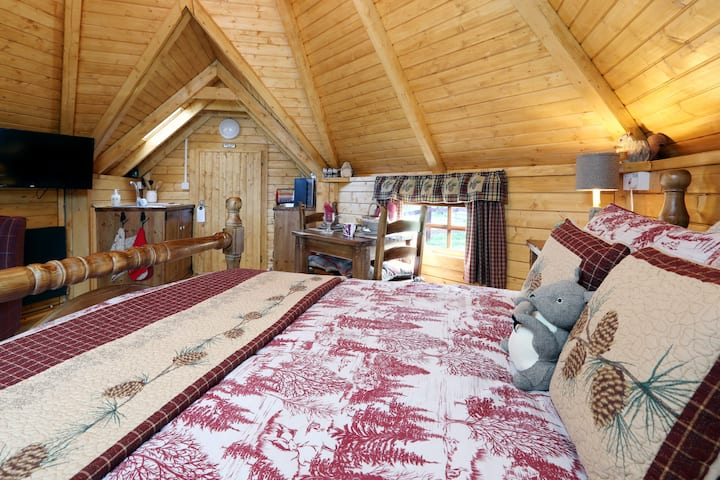 Pine Cone Lodge & Hot Tub, Adults Only Over 25yrs