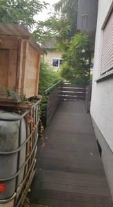 Zugang zu der Wohnung über eine schiefe Ebene.