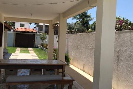 Foto lateral e entrada para piscina