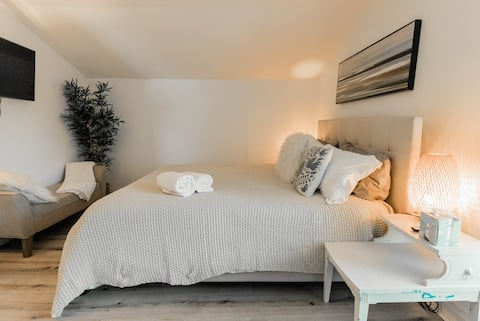 STAY HERE --> Heart of Bham, Cozy, Safe, FAST wifi