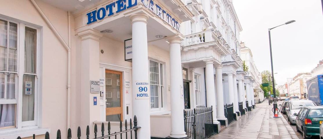 Cheap family room in Carlton Hotel