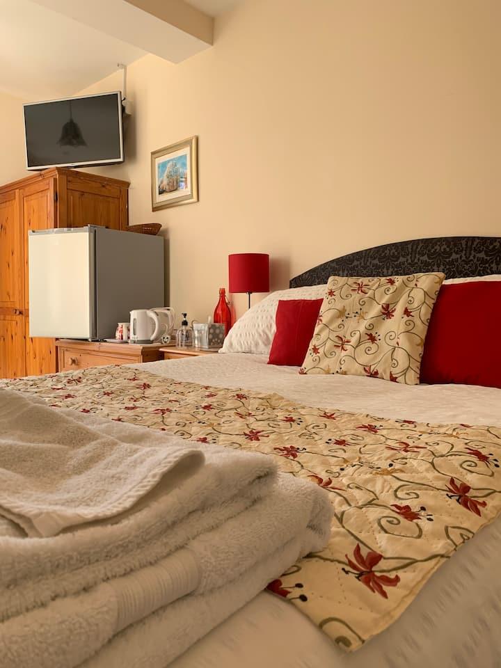 Woodland House B&B- Ruby Red Room