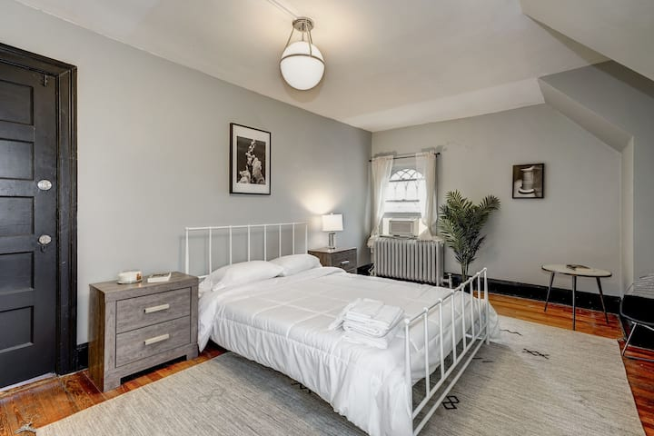 Spacious Queen Room in Woodley Park