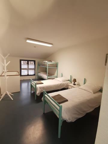 Chambre 2 : 2 lis simples, 2 lits superposés, 1 li bébé