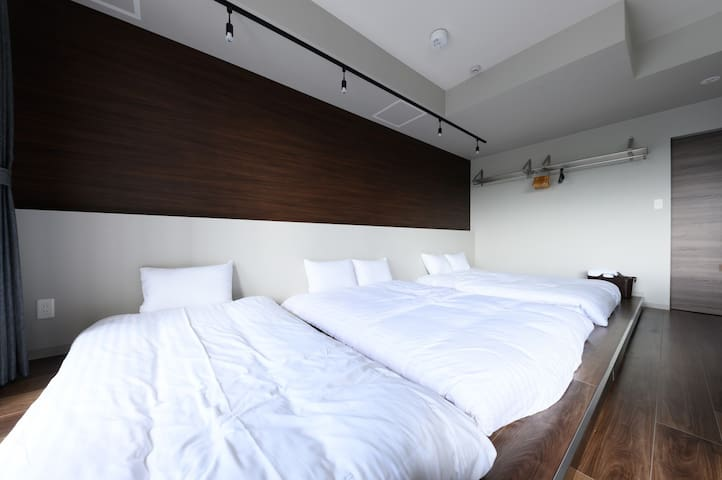 There are two doubled beds and one single bed☆ ダブルベッドが2台とシングルベッド1台ございます☆