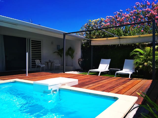 Private Bungalow, swimming pool, beach 2 min walk