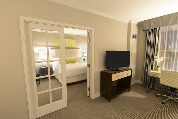 King Suite, w/self parking for 1 car, 1pm Checkout