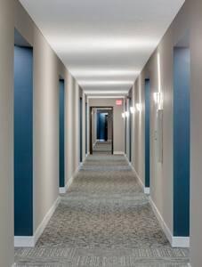 Beleuchteter Weg zum Eingang