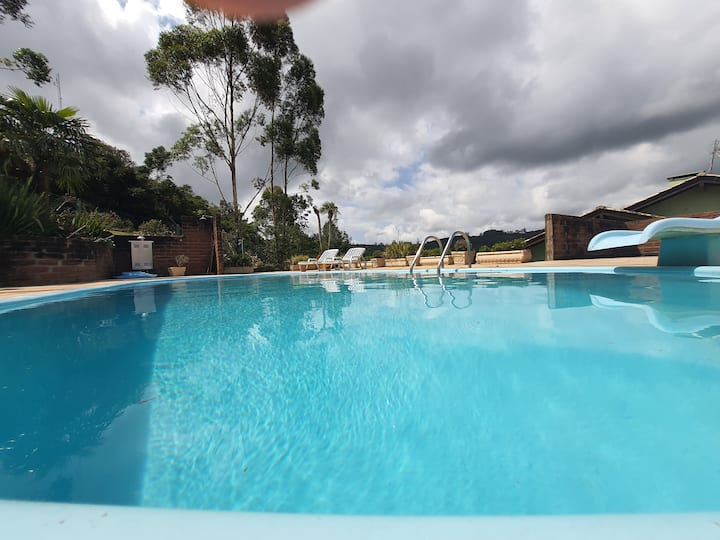 Casa com piscina privativa no campo