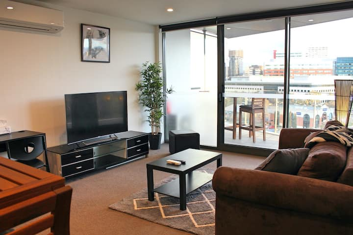 Bright, Modern, Stylish - Top Floor Apt - Woden