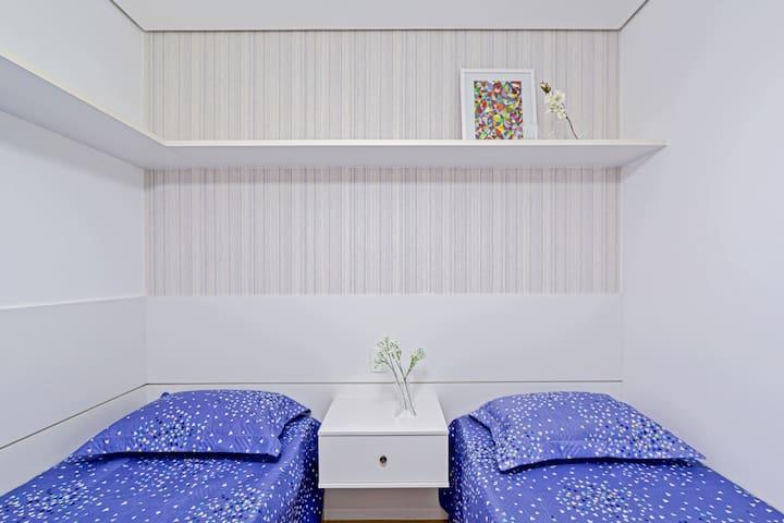 Quarto com 2 camas box de solteiro, com ventilador de teto e armários. Colchões de densidade 33.