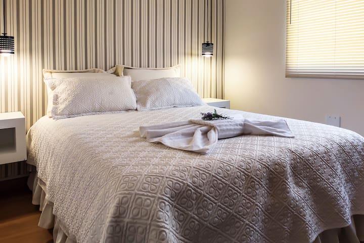 Quarto Master com cama queen size.OBS: Colchao firme e novo.