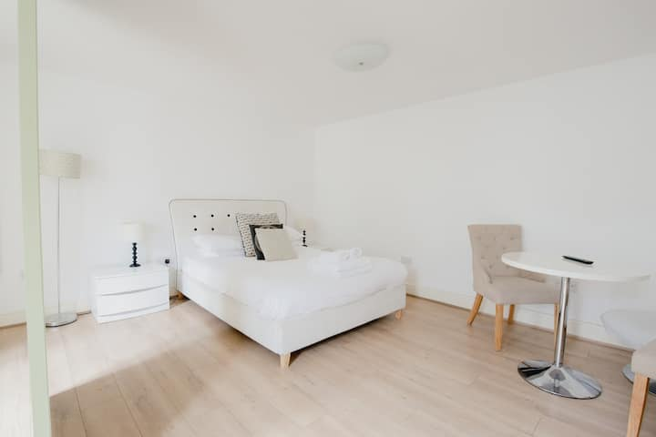 Central Studio * Double Bed *FREE Wi-Fi * TV