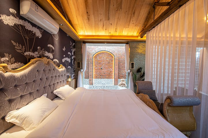 床头暖光灯光线温和,更宜入睡~旅途中的睡眠也很重要哦