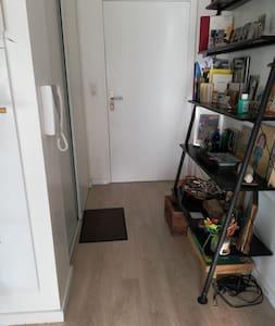 84 cm pour passer dans le couloir avec l'étagère