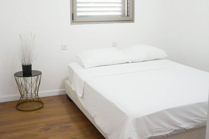 חדר שינה #2 - מיטה זוגית + ארון בגדים מודרני.  אופציה ל- 2 מיטות יחיד נפתחות נוספות.