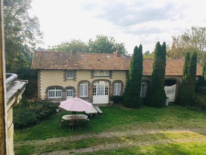 Pet-friendly Cozy Guesthouse - 30 Mins. from D-Day