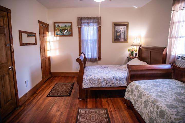 Maple Bottom Farmhouse Bed & Breakfast - Garnet