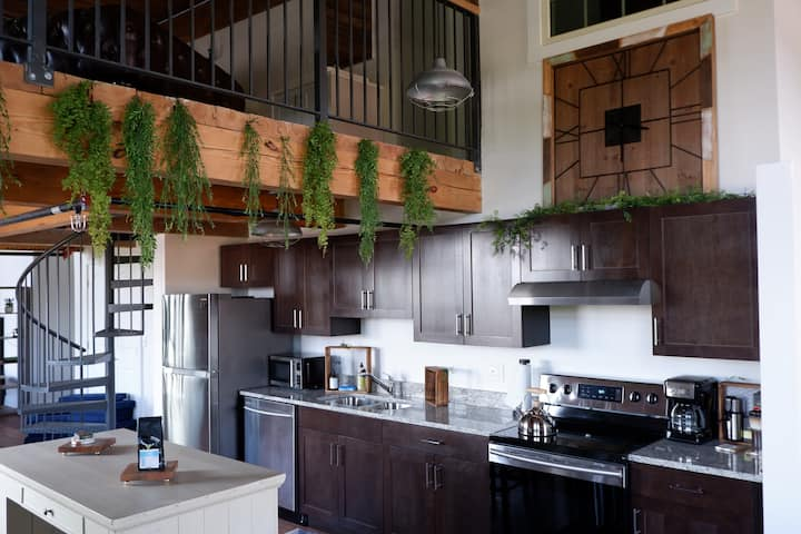 Historic Penthouse Loft! Minutes to Downtown
