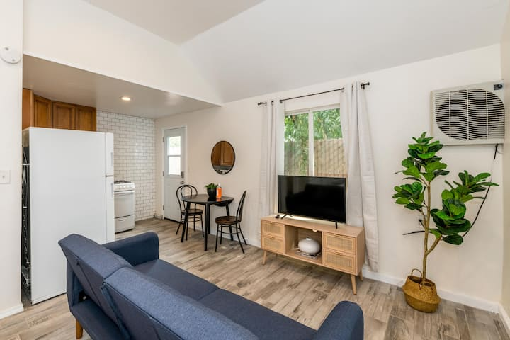 Remodeled Studio 2 Miles from Fresno Airport