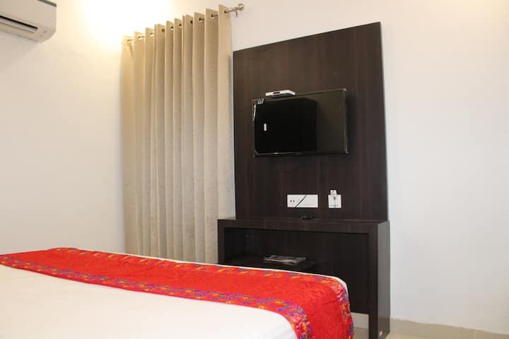 CLEAN ROOM & BATHROOM | 10 MINS FROM GOLDEN TEMPLE